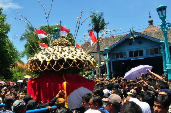 Sekaten feast marked with mound parade contains glutinous rice, fruits, and vegetables are brought from Surakarta to the Grand Mosque.