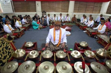 The gamelan musicians who served during celebrations Sekaten in the city of Solo.