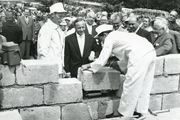 Peletakan Batu Pertama SOS-Kinderdorf di Dießen Jerman oleh Hermann Gmeiner, Desember 1956