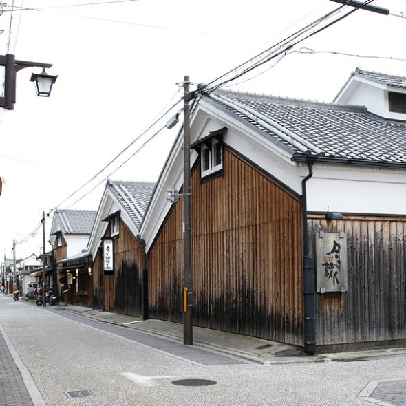 Fushimi has prospered as a brewery town. Even now many of its elegant buildings still remain to be enjoyed even if you're just taking a stroll.