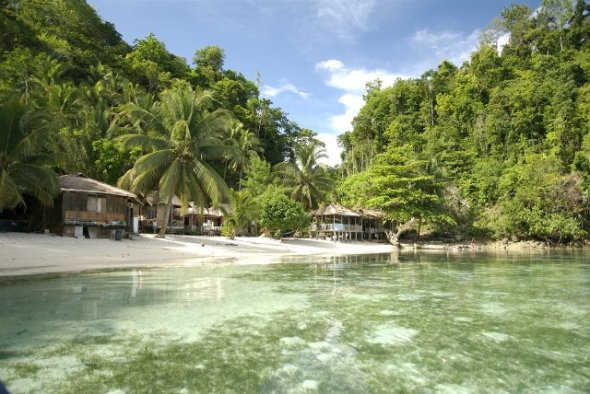 GORONTALO : Crystal clear Tomini Togean Islands is one of the natural attractions in Sulawesi. Some rare fauna such as hawksbill and green sea turtles can be found here. Togean Islands can be reached from the city of Gorontalo.
