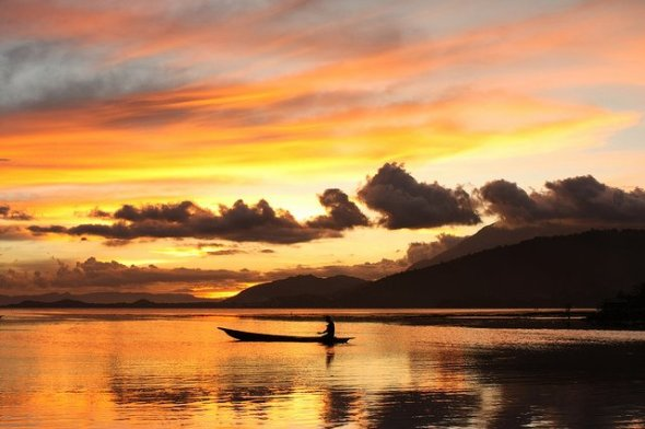 PAPUA : Beauty Lake Sentani area of 9,360 hectares as if inviting us to visit Papua New Paradise Earth. Watch the rich marine life by tracing the lake!