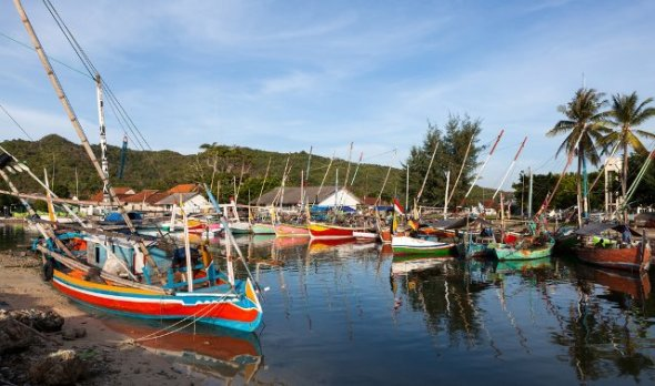 KARIMUNJAVA : The fishing village and the National Park are some of the charm of this area in Central Java. Karimunjawa is approximately 74 km from the city of Semarang.