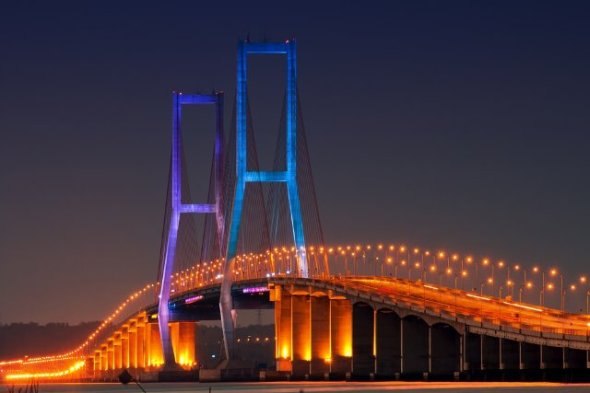 Longest bridge in Indonesia's longest connecting Surabaya and Madura. With a length of 5,438 m that crosses the Madura Strait, Suramadu presents a view of the beautiful glitter of lights at night.